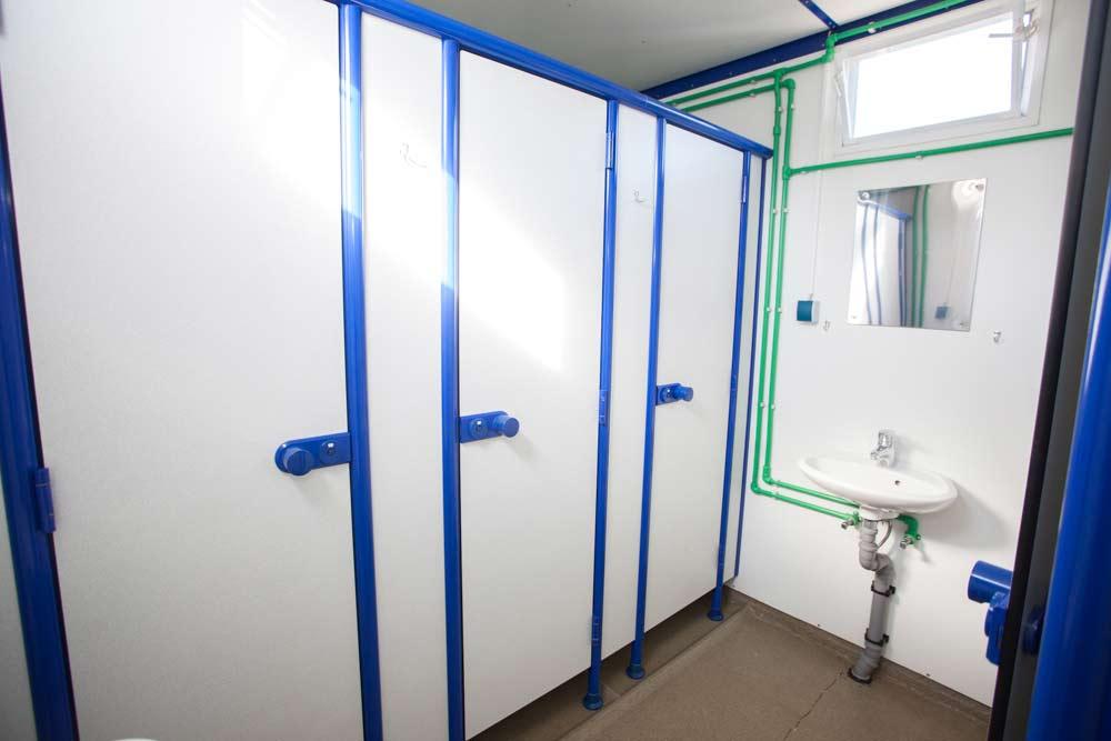 getrennte Kabinen in Duschwagen